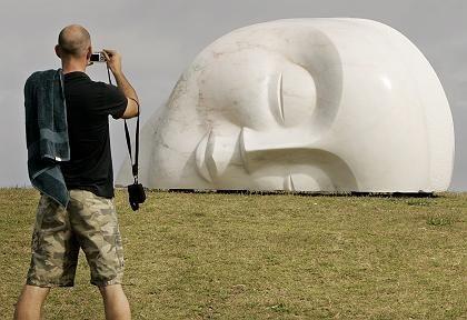 Liegender Kopf des Italieners Vince Vozzo: Buddha-beseeltes Lächeln