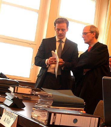 Vor Prozessbeginn: Alexander Falk im Gespräch mit seinem Verteidiger Thomas Bliwier