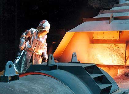 Stahlkocher in Aktion: Arbeiter bei ThyssenKrupp während des sogenannten Abstichs am Hochofen
