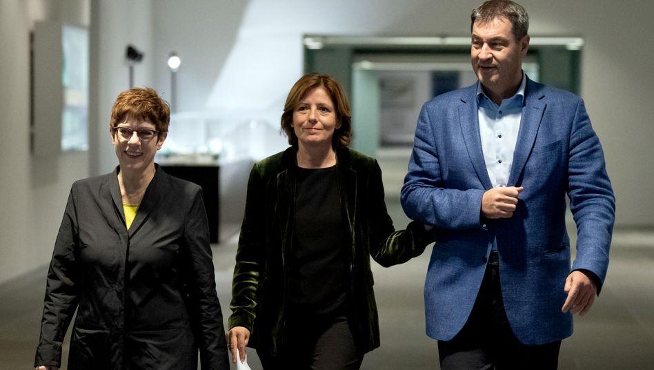 Annegret Kramp-Karrenbauer (l), Malu Dreyer (M) Markus Söder: Die Koalition hat sich nach zähem Streit auf eine Grundrente geeinigt