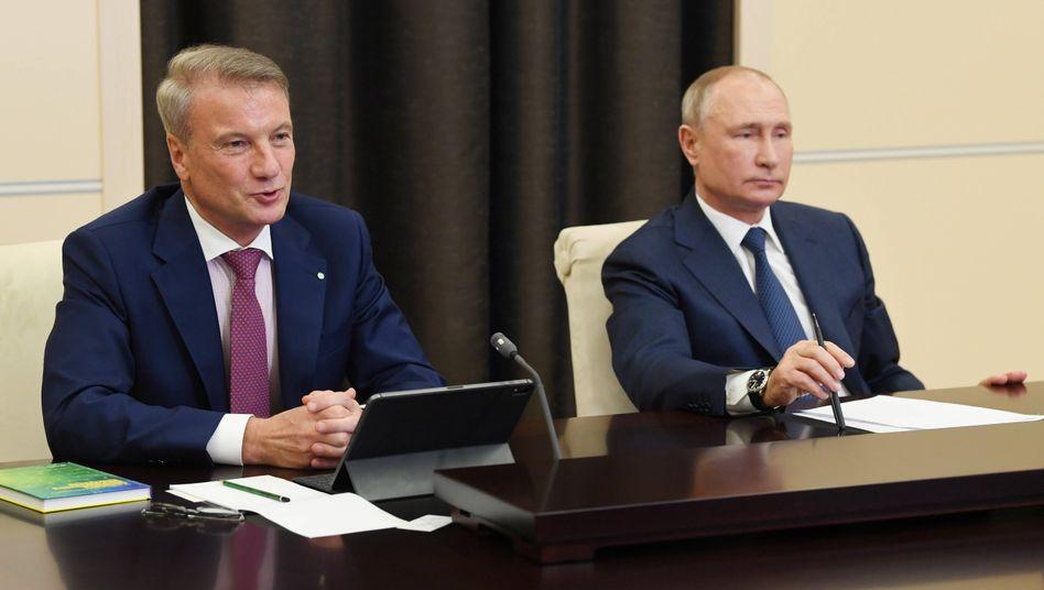 Bankchef German Gref mit Russlands Präsident Wladimir Putin auf einer KI-Konferenz: Gref hat den Dinosaurier, der immer noch mehrheitlich im Besitz der Regierung ist, in einen flinken Kreditgeber verwandelt und will nun seinen Einstieg in Big Tech choreografieren