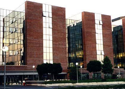 Backstein mit Glas: Durch die Glaselemente verschmelzen die verschiedenen Gebäude der Conti-Zentrale zu einer Einheit. Der Stammsitz liegt im Norden Hannovers an der Vahrenwalder Straße.