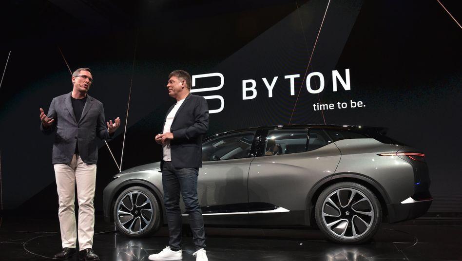 Nicht nur beim Preis radikal: Byton-Präsident Daniel Kirchert (l.) und CEO Carsten Breitfeld stellten in der Nacht einen SUV-Prototyp des Autobauers auf der Technik-Messe CES in Las Vegas vor
