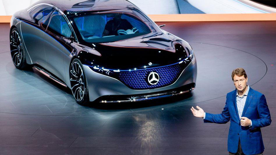 """Frischzellenkur: Daimler-Chef Ola Källenius mit der Elektroauto-Studie """"Vision EQS""""."""