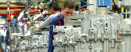 Verhalten optimistisch: Deutschlands wichtigste börsennotierte Unternehmen rechnen mit besseren Geschäften im kommenden Jahr. Arbeitsplätze stehen nach einer Umfrage des manager magazin dennoch auf der Kippe