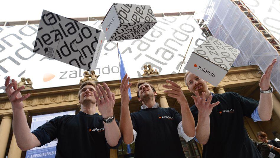 Halten Zalando auf Wachstumskurs: die Vorstandsvorsitzenden David Schneider, Robert Gentz und Rubin Ritter (von links, hier auf einer Archivaufnahme vom Börsengang 2014)