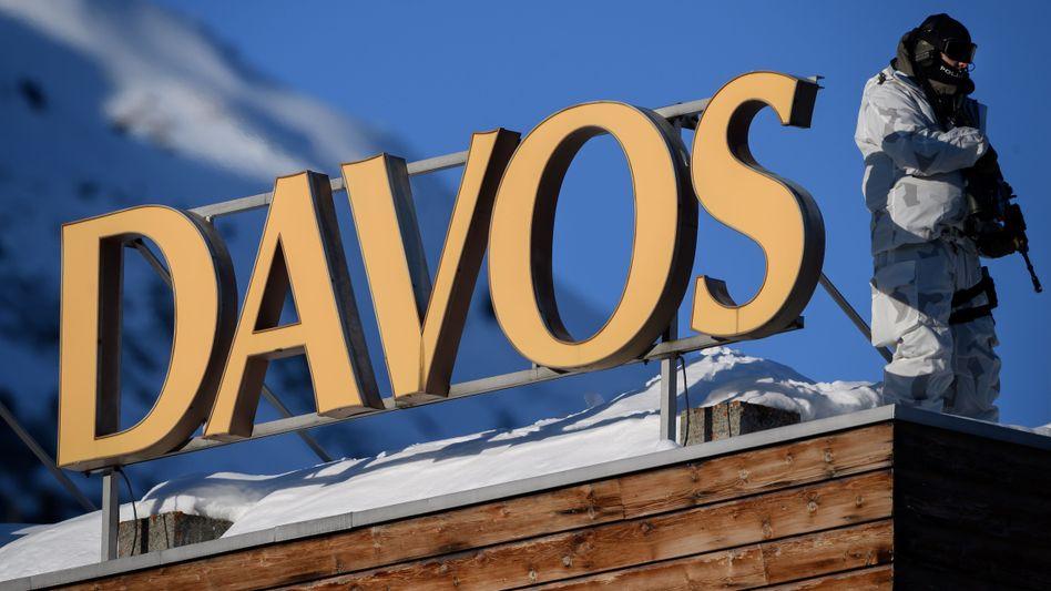 """Gut bewacht diskutiert die Elite aus Politik und Wirtschaft im schweizerischen Skiort Davos über die Möglichkeiten für eine """"solidarische und nachhaltige Welt""""."""