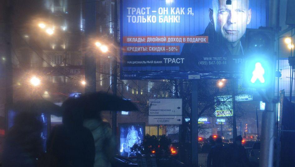 Zeitenwende: Bruce Willis warb in Moskau für die Trust-Bank - inzwischen muss das Insititut vom Staat gestützt werden