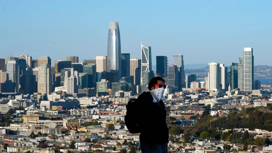 Weg hier: Passant vor der Skyline von San Francisco
