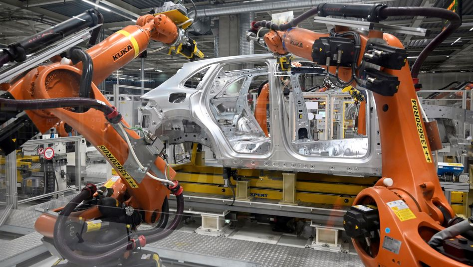 Produktion bei Volkswagen: Weil Chips fehlen, musste Volkswagen für mehrere Werke bereits tageweise Kurzarbeit anmelden. Wettbewerber trifft es teils härter, sie müssen halbfertige Fahrzeuge zwischenparken.