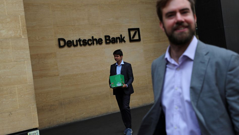 Lehman-Szene: Ein Mann mit Karton verlässt die Deutsche Bank in der Londoner City