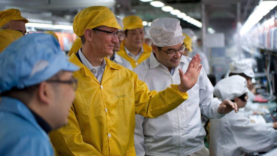 Besuch vor Ort: Apple-Chef Tim Cook in einer Foxconn-Fabrik in China