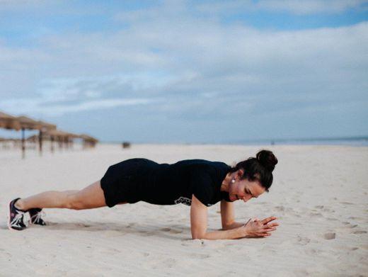 Planking: Am Strand lässt sich die Strandfigur besonders gut trainieren