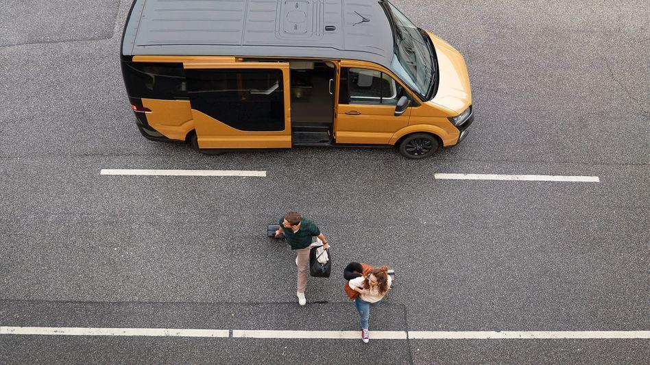 Ein Elektro-Shuttlebus des appbasierten Sammeltaxi-Diensts Moia