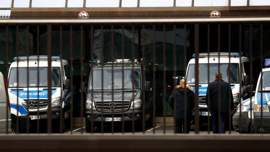 Ungebetene Gäste: Die Deutsche Bank in Frankfurt erhielt am Donnerstag überraschend Besuch von der Staatsmacht.