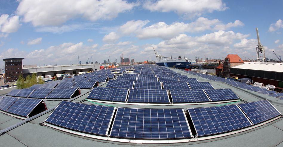 Solardach: Seit Tesla seine Hausbatterie vorgestellt hat, mit der Verbraucher ihren Sonnenstrom selbst nutzen können, redet die Energie-Welt von einem Umbruch in der Branche. Solarwatt-Chef Detlef Neuhaus sieht den Tesla-Angriff gelassen