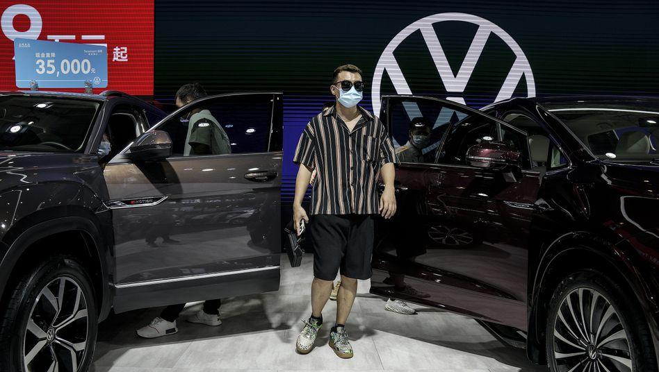Wieder in Kauflaune: Besucher von Volkswagen-Stand auf Automesse in Wuhan im August