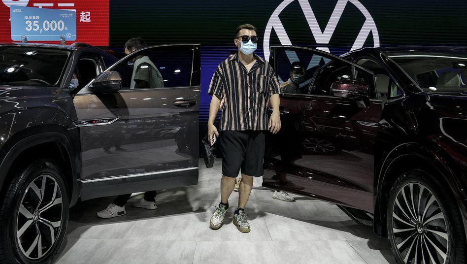 Immer wieder China: Besucher mit Schutzmasken am Stand von Volkswagen auf der 18. Internationalen Automobilausstellung, die am Donnerstag in Wuhan begann.