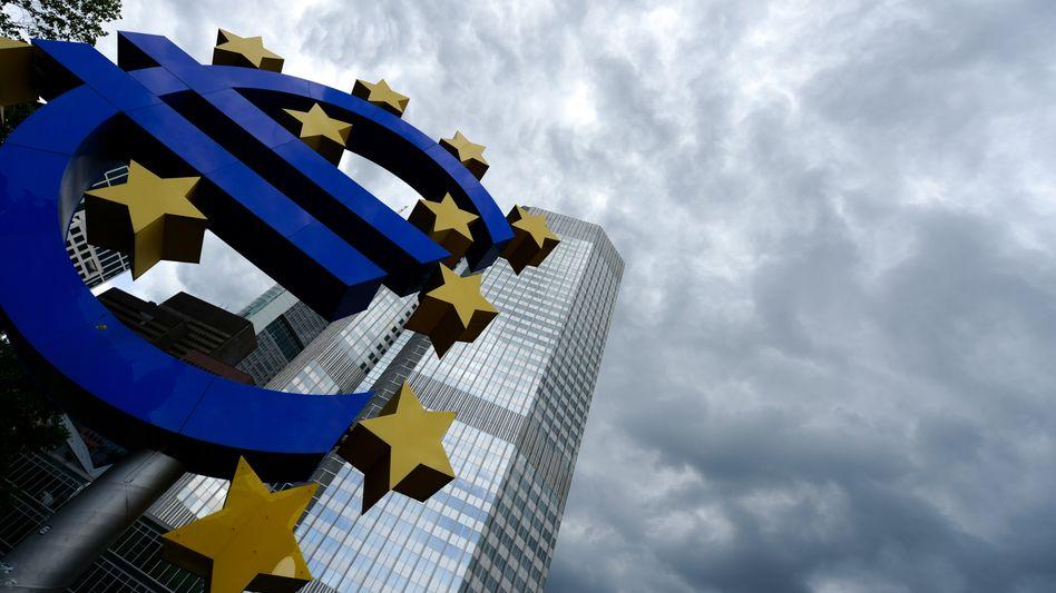 EZB in Frankfurt: Beobachter halten die Zentralbank in ihrem Kampf gegen Inflation für überfordert, das schürt zusätzlich die Unsicherheit und drückt die Gemeinschaftswährung