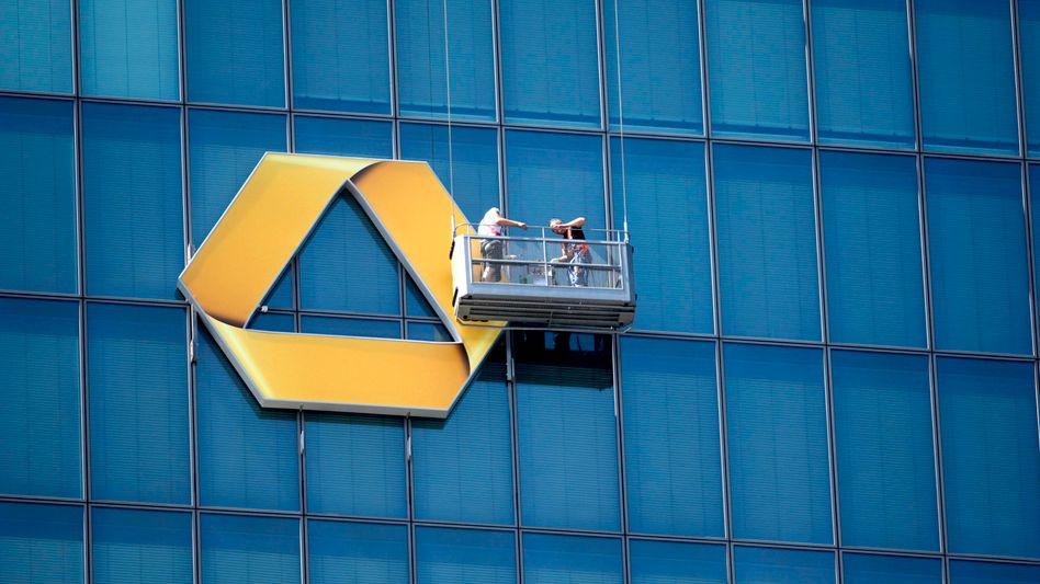 Arbeiten an der Fassade: Dabei wird es die Commerzbank bei den umstrittenen Aktiengeschäften rund um den Dividendenstichtag nicht belassen können
