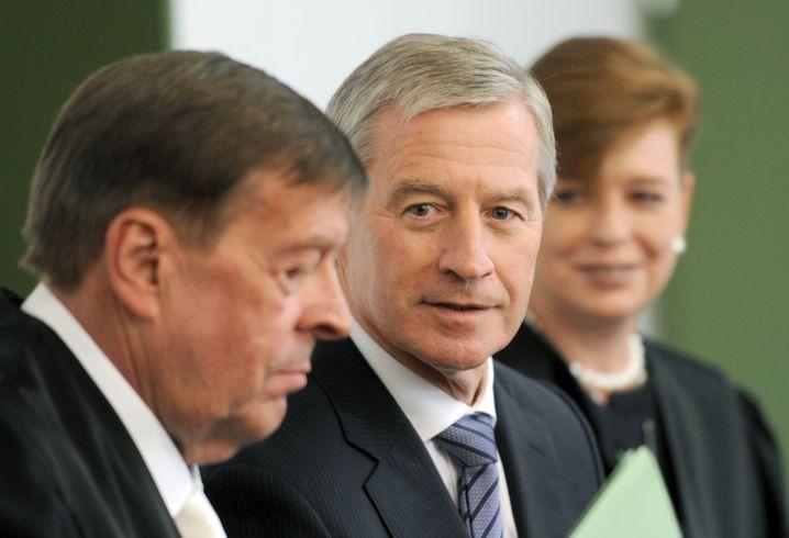 Von turbulenten Verhandlungstagen bis zu einer schnellen Einigung ist noch alles möglich: Deutsche-Bank-Co-Chef Jürgen Fitschen (Mitte) mit seinem Anwalt Hanns W. Feigen (l) und seiner Anwältin Barbara Livonius
