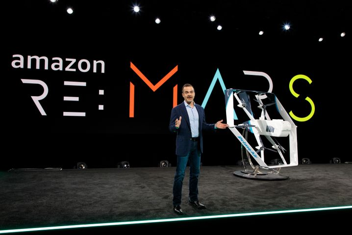 Päckchenroboter: Amazon-Consumer-Chef Jeff Wilke mit Prime-Air-Frachtdrohne.