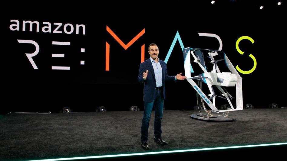 Amazon-Consumer Chef Jeff Wilke mit Prime-Air-Frachtdrohne