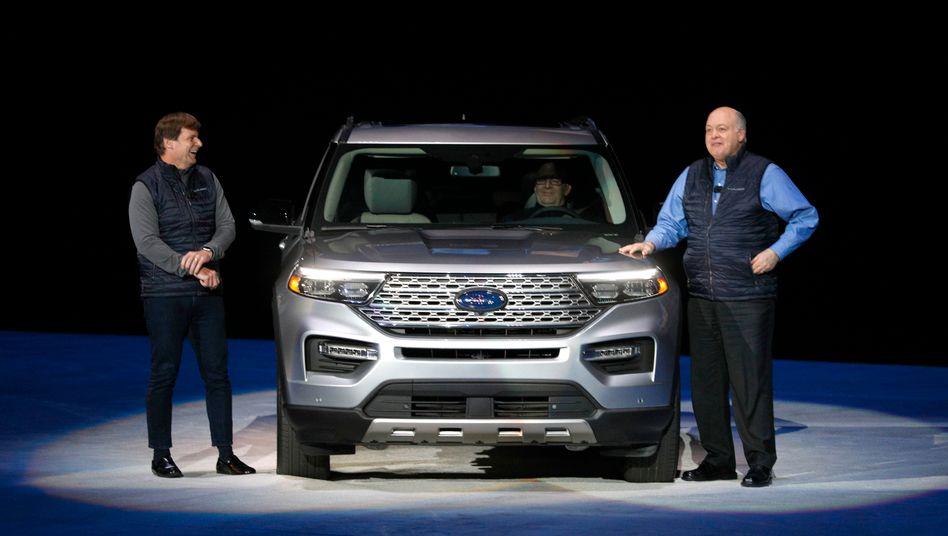 Ford-Chef Jim Hackett (rechts) und der designierte Nachfolger Jim Farley stellen Anfang Januar dieses Jahres den neuen Ford Explorer SUV vor. Farley ist ohnehin schon für das Tagesgeschäft verantwortlich und wird Hackett im Herbst an der Spitze ablösen