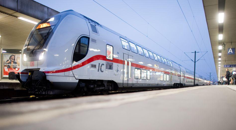 IC 2 der Deutschen Bahn in Hannover, Niedersachsen: Nach der Preisreduzierung zu Jahresbeginn wird Bahnfahren nun wohl noch günstiger