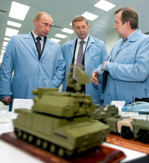 Unter den Augen des Kreml-Chefs: Der Sistema-Konzern des Oligarchen Jewtuschenkow (r.) soll schon länger an der Deutschen Telekom interessiert sein