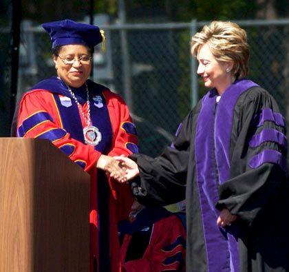 Uni-Chefin Ann Jackson (mit Hillary Clinton): Die Top-Verdienerin unter US-Uni-Präsidenten
