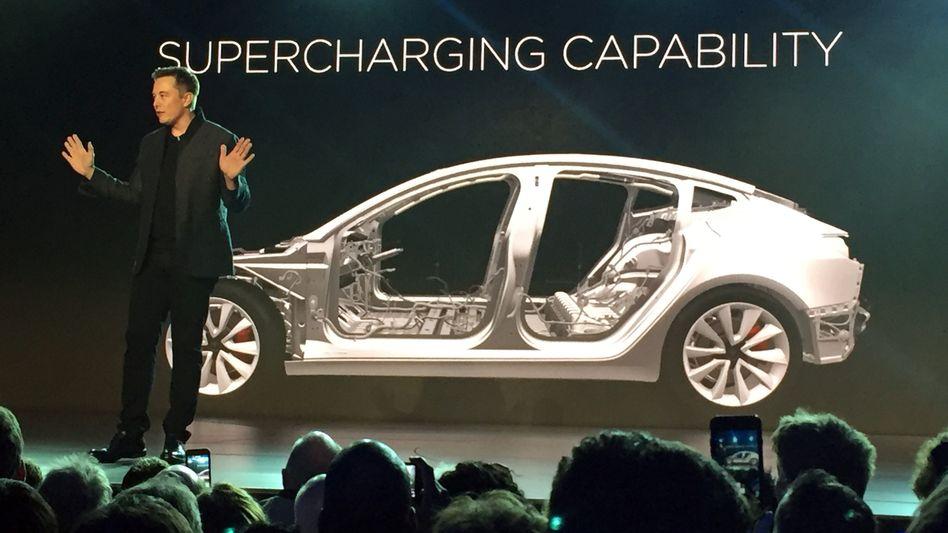 Vor ein paar Tagen noch gab Elon Musk einmal mehr den großen Visionär. Nun musste der Tesla-Chef kleinlaut eingestehen, dass Tesla erneut das Absatzziel verfehlt hat - und übte erstmals öffentlich Selbstkritik