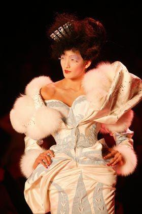 Koketter Kragen: Viele Puschel zieren Madame Pompadour