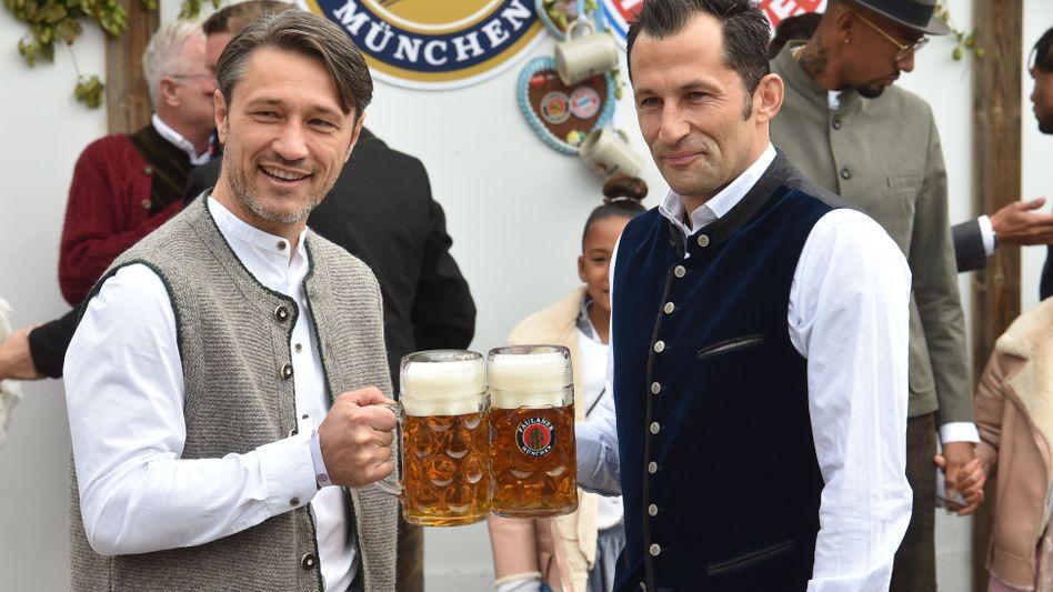Gute Miene zum schlechten Spiel: Bayern-Trainer Niko Kovac und Sportdirektor Hasan Salihamidzic am Sonntag auf dem Oktoberfest - die Bayern-Profis verloren zuvor völlig überraschend 1:2 vor heimischen Publikum gegen Hoffenheim