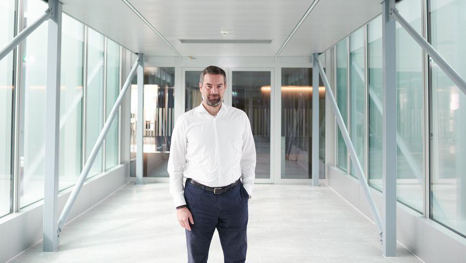 Vita:Wolfgang Wienand war zwischenzeitlich der beste Florettfechter der Welt. Nach Ende seiner Sportkarriere promovierte er in Chemie. Nun will er als Vorstandschef der Schweizer Siegfried AG zu einer Weltkarriere verhelfen: als Auftragshersteller für die Pharmaindustrie.