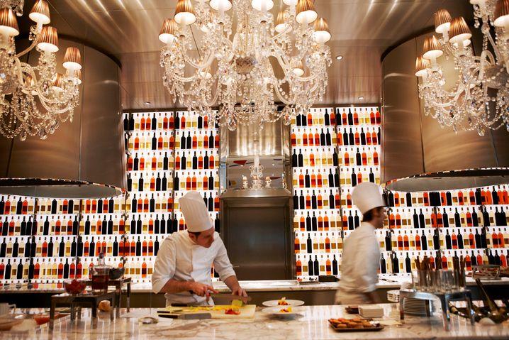 Transparenz nicht nur im Design: Das Restaurant La Cusine im Hotel Le Royal Monceau wurde von Philippe Starck designt