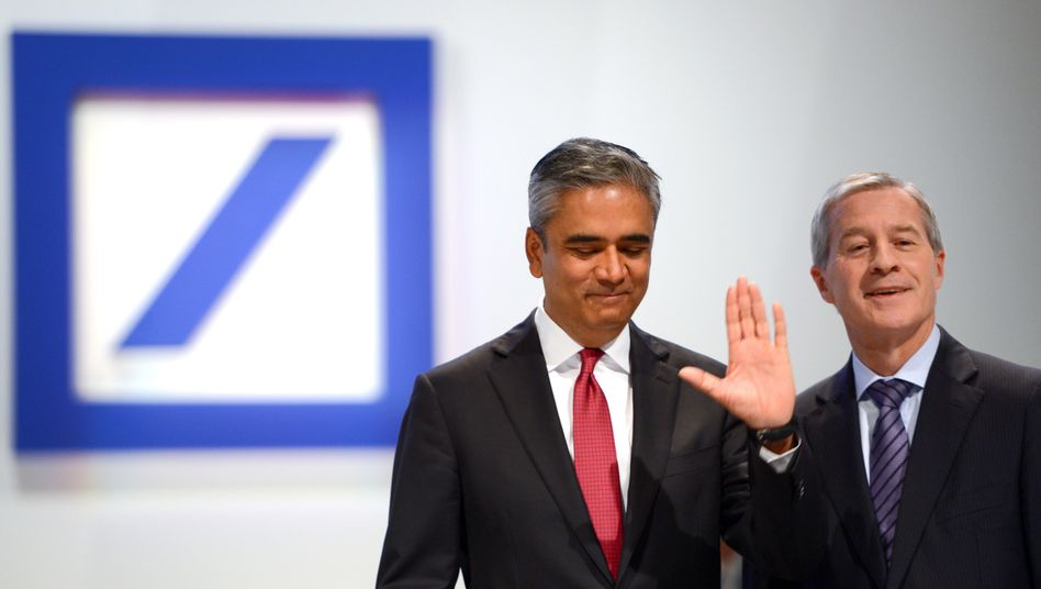 Wir waren es nicht, zumindest nicht alleine: Die Co-Vorstandsvorsitzenden der Deutschen Bank, Jürgen Fitschen (r) und Anshu Jain Ende Mai 2014 zu Beginn der Hauptversammlung der Deutschen Bank in der Festhalle in Frankfurt am Main.