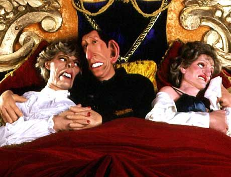 """Drei in einem Bett - das muss nicht sein: Filmszene aus der BBC-Satire """"Spitting Image"""" mit den Puppen von Camilla Parker-Bowles, Prinz Charles und Lady Diana"""