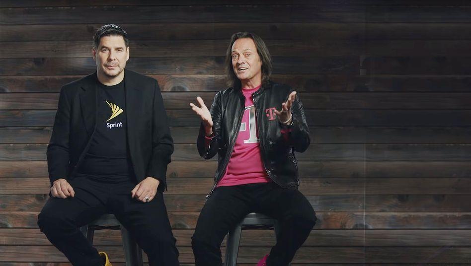 Sprint-CEO Marcelo Claure (l.) und T-Mobile CEO John Legere werben in einem Video für die Fusion