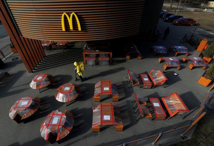 Teil des Zukunftsbildes, wenn auch unfreiwillig: Die Tische dieses McDonald's in Sankt Petersburg sind eingemottet, der Lieferdienst rollert los.