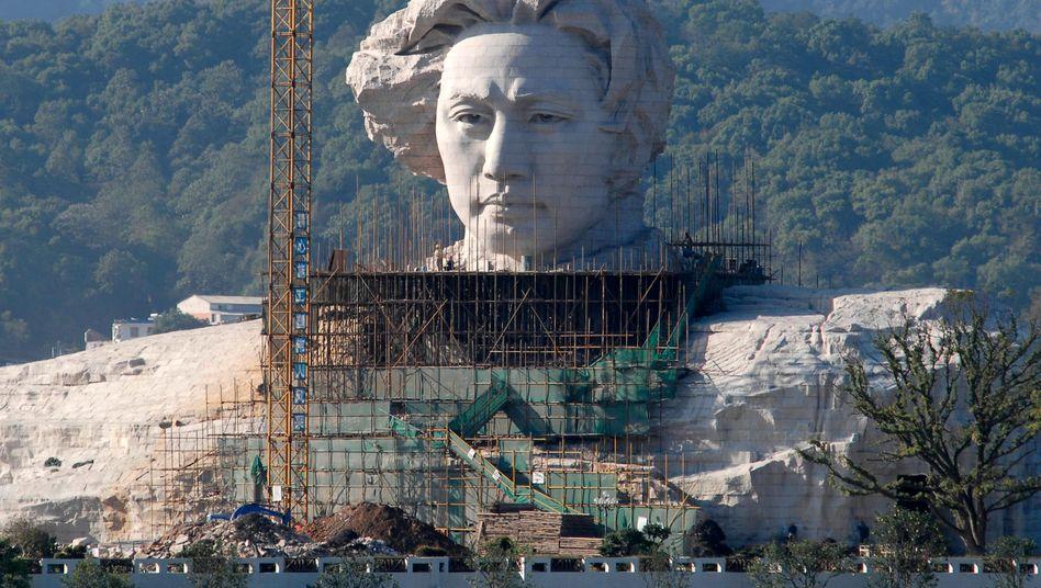 Statue des jungen Mao in der Provinz Hanan: Chinas Wirtschaft wurde extrem abhängig vom Export und hat über Jahre zu viel investiert. Die Folgen sind nun unübersehbar - Überkapazitäten in der Industrie, Preisverfall, leer stehende Immobilien, Schulden.