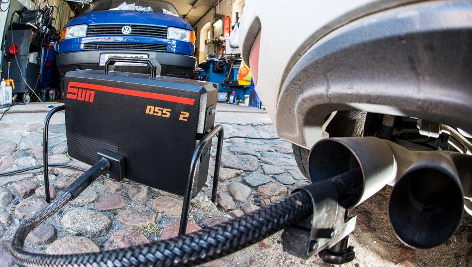 Diesel-Abgasuntersuchung: Muss VW Schadenersatz plus Zinsen zahlen? Diese Frage klärt der BGH