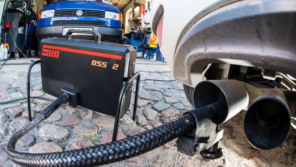 Diesel-Abgasuntersuchung: In den USA hat Volkswagen bereits Milliarden-Entschädigungen für betrogene Diesel-Käufer bezahlt. Davon können Kunden hierzulande nur träumen.