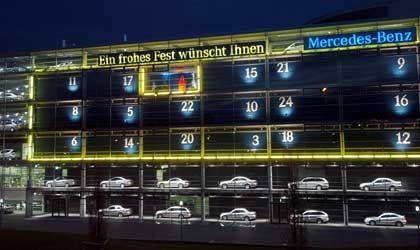 Deutsche Autohändler sind wie Werksangestellte: DaimlerChrysler-Niederlassung, hier in München mit Auto-Adventskalender