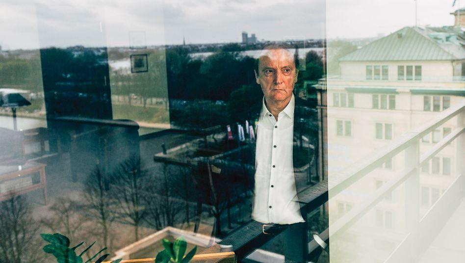 Kann wieder loslegen: Hans-Walter Peters, hier in seinem Büro in der Berenberg Bank in Hamburg, ist zum zweiten Mal Banken-Präsident.