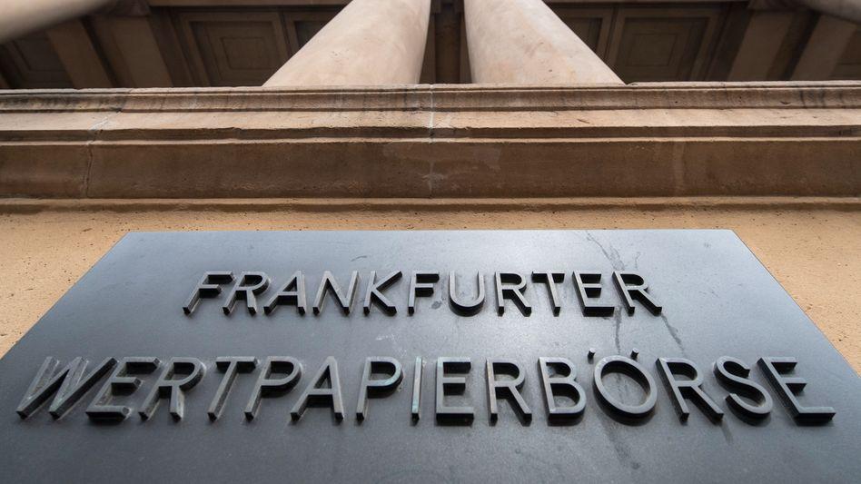 Deutsche Börse in Frankfurt: Nach dem Rekordhoch von Freitag nehmen Anleger Gewinne mit