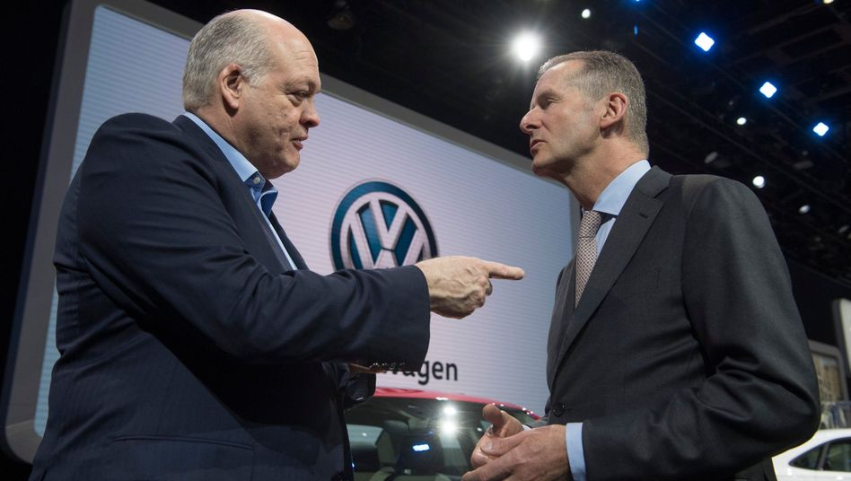 VW-Chef Herbert Diess, Ford-Chef Jim Hackett (l): VW und Ford könnten nicht nur bei Pick-ups und Nutzfahrzeugen, sondern auch bei Elektromobilität und autonomen Fahren zusammenarbeiten