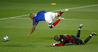 Thierry Henry (oben), David James: Erzwungener Sprung über den Torhüter