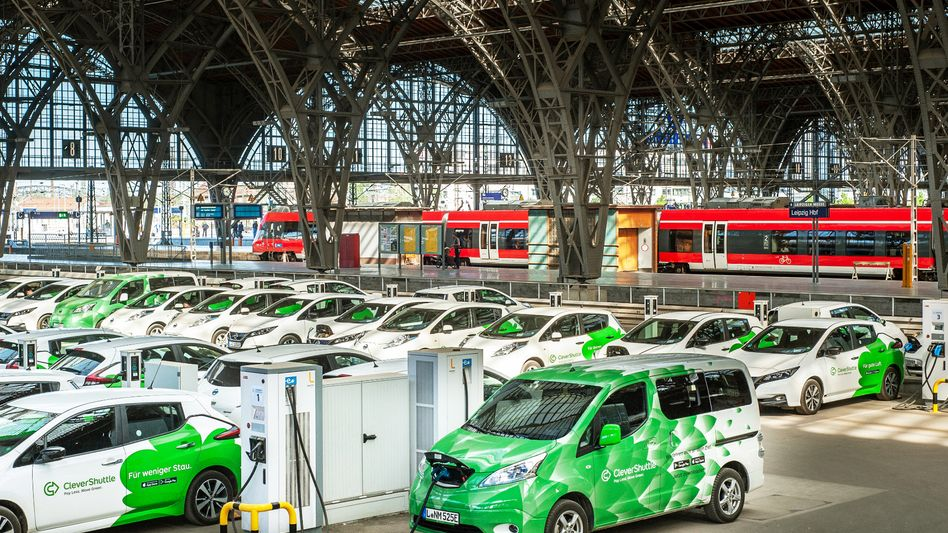 Fahrzeuge von CleverShuttle in Leipzig: Die Bahn will sparen und verkleinert ihren Mobilitätsservice.
