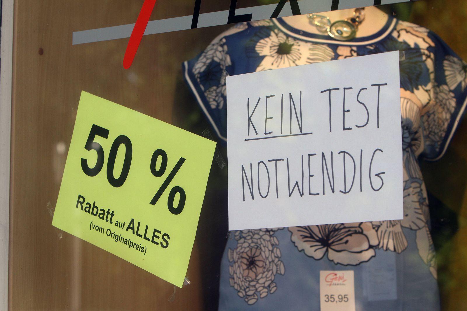 Zettel mit Aufschrift kein Test notwendig klebt im Schaufenster eines Modegeschäft s in der Innenstadt von Bad Nauheim,